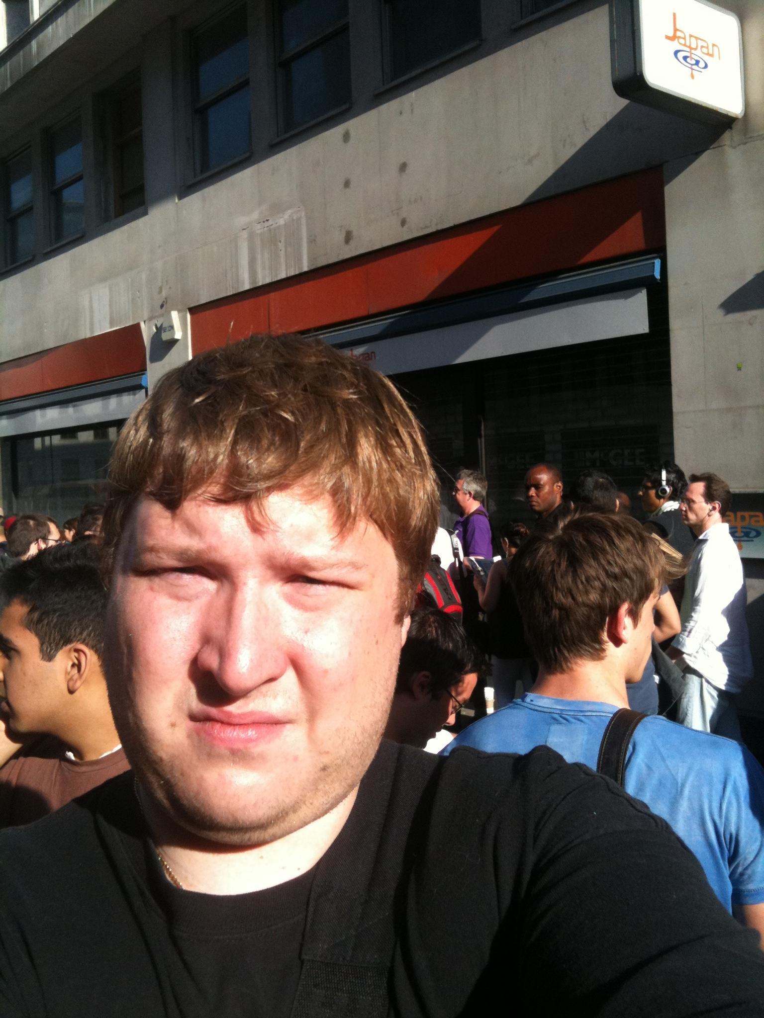 Amobils utsendte, Finn Jarle Kvalheim, må håndtere mye varme, sterkt sollys og en lang kø for å få tak i Iphone 4.