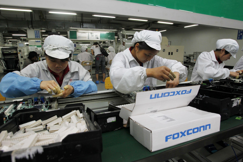 Illustrasjonsbilde; kinesiske arbeidere på en elektronikkfabrikk.