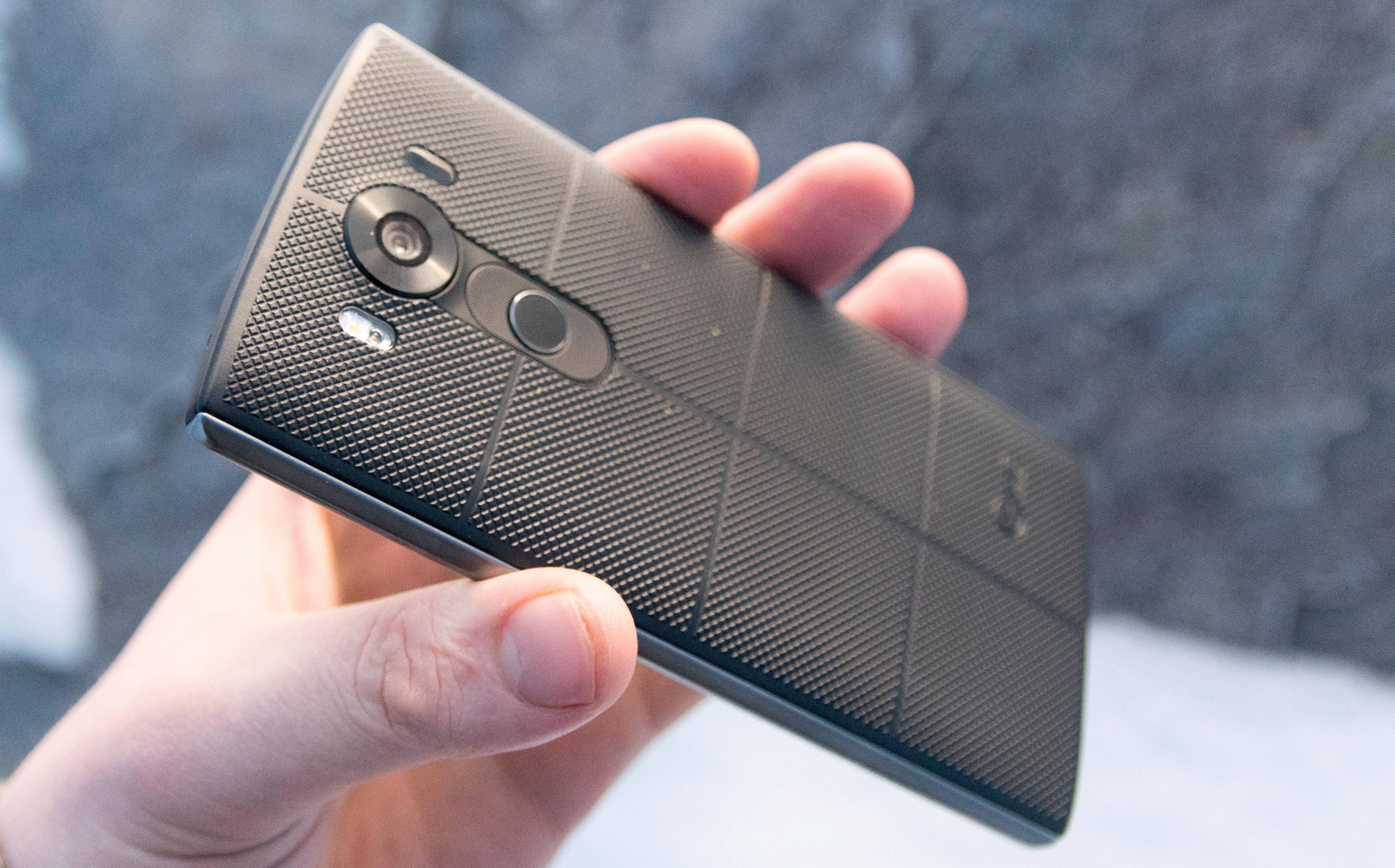 Baksiden er belagt med et tykt gummistoff som ifølge LG skal være svært så solid. Den viktigste egenskapen er at telefonen ligger som støpt i hånden.