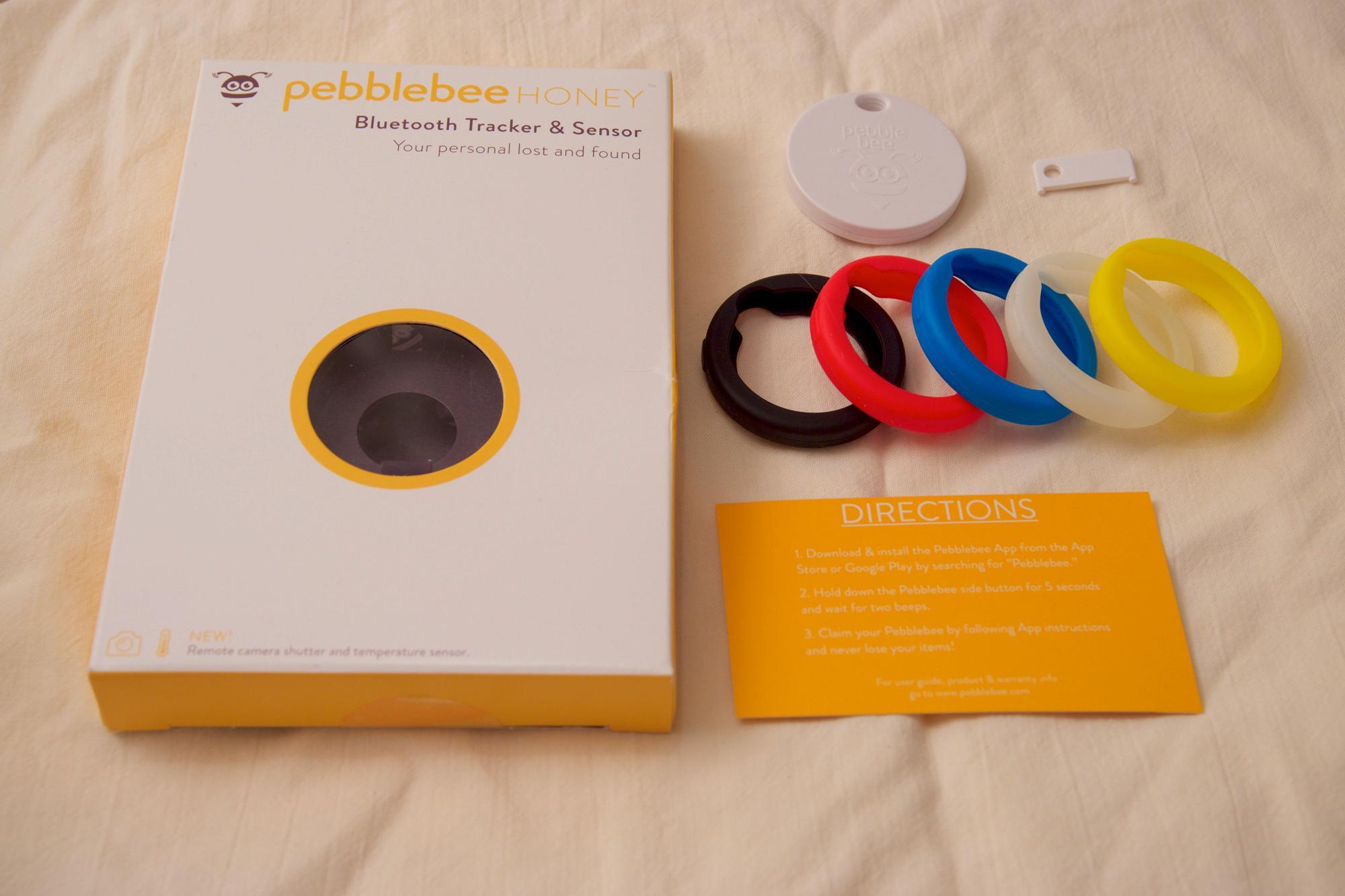 Innholdet i Pebblebee-pakken: boks, oppstartsguide, Honey-brikken og åpningsnøkkel til brikken. Gummidekslene er ekstrautstyr.