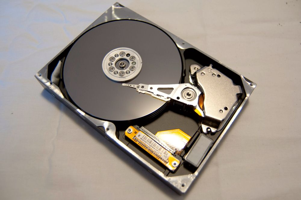 Slik ser det ut under lokket på en harddisk.Foto: Alexander Tøgard, hardware.no