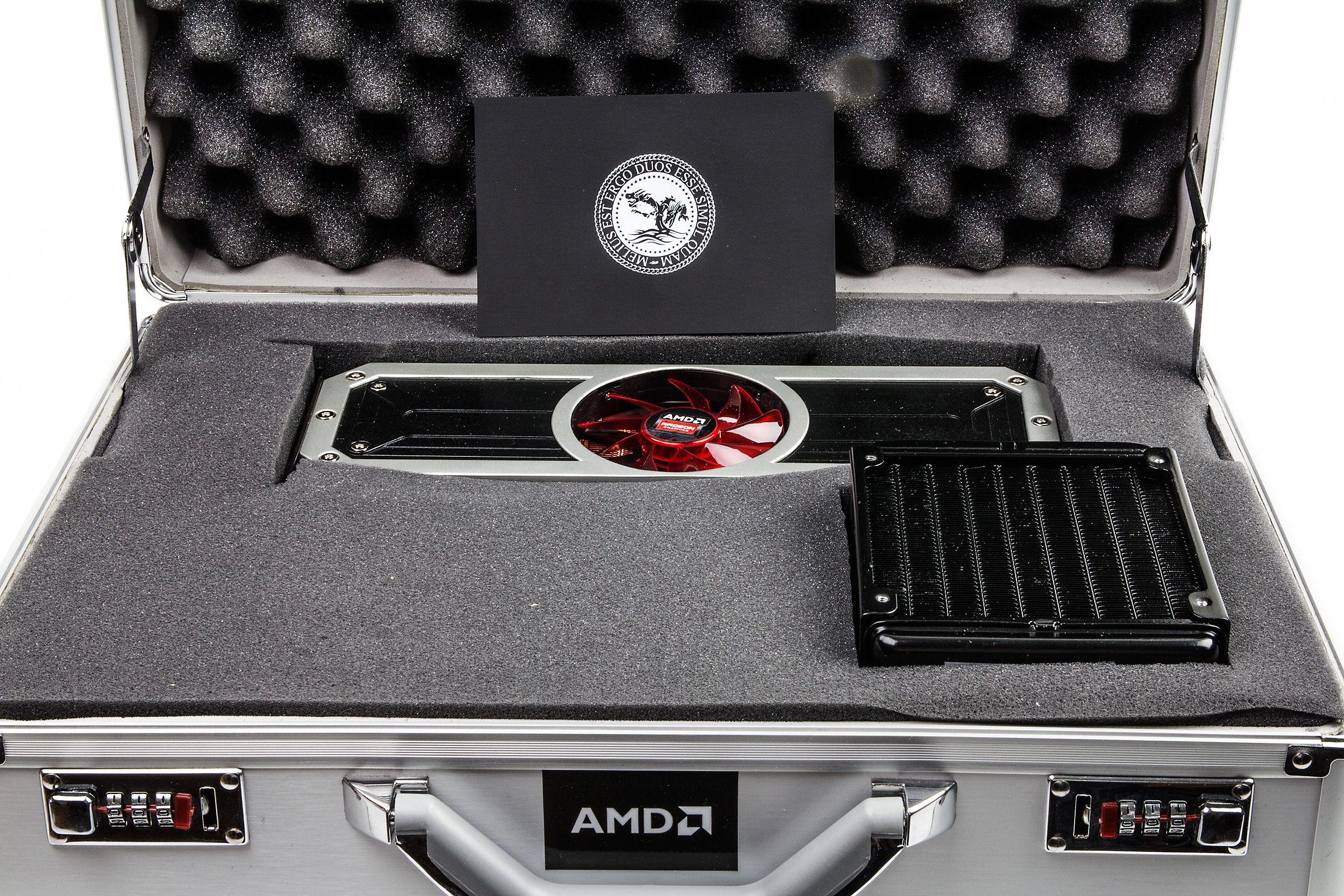 Et dobbeltkjernet Radeon-kort, komplett med både vifte og radiator, pakket i metallkoffert – en kunne nesten begynne å lure om AMD har fått noen tips fra Asus sin ROG-avdeling?Foto: Varg Aamo, Hardware.no