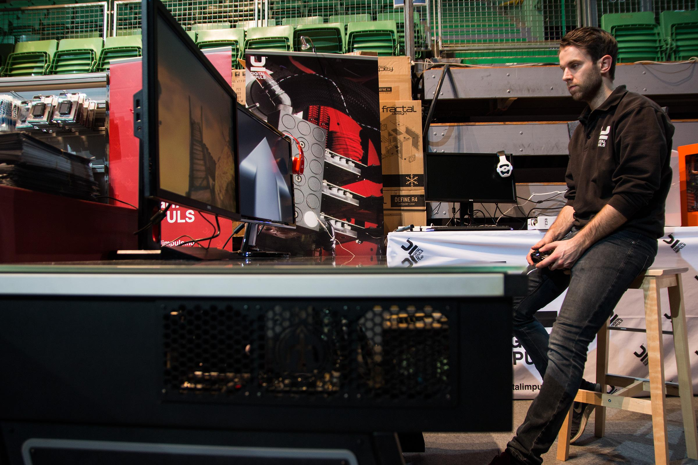 Haakon Jensen i Digital Impuls har bygd deres supermaskin, som han mener gir deg alt du trenger – en Xbox til spilling, og en spillmaskin som er kraftig nok til å jobbe med.Foto: Varg Aamo, Hardware.no