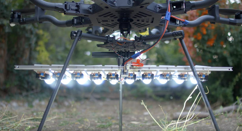 Dronen har 10 stykk 100 watts LED-lys på undersiden.