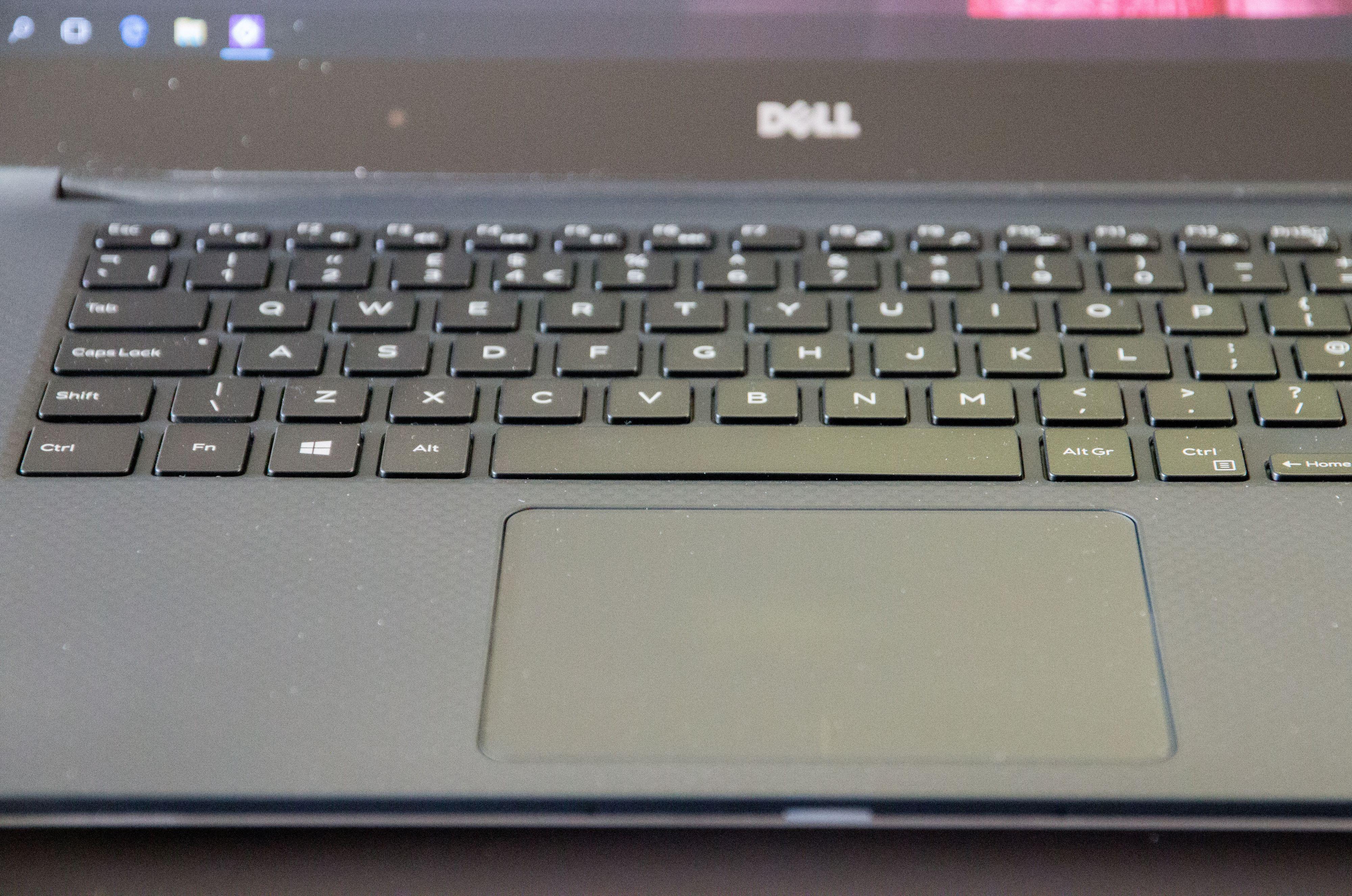 Dells pekeplate er av glass, slik som MacBook Pros, men til tross for god presisjon ligger Apple fortsatt et lite hode foran.