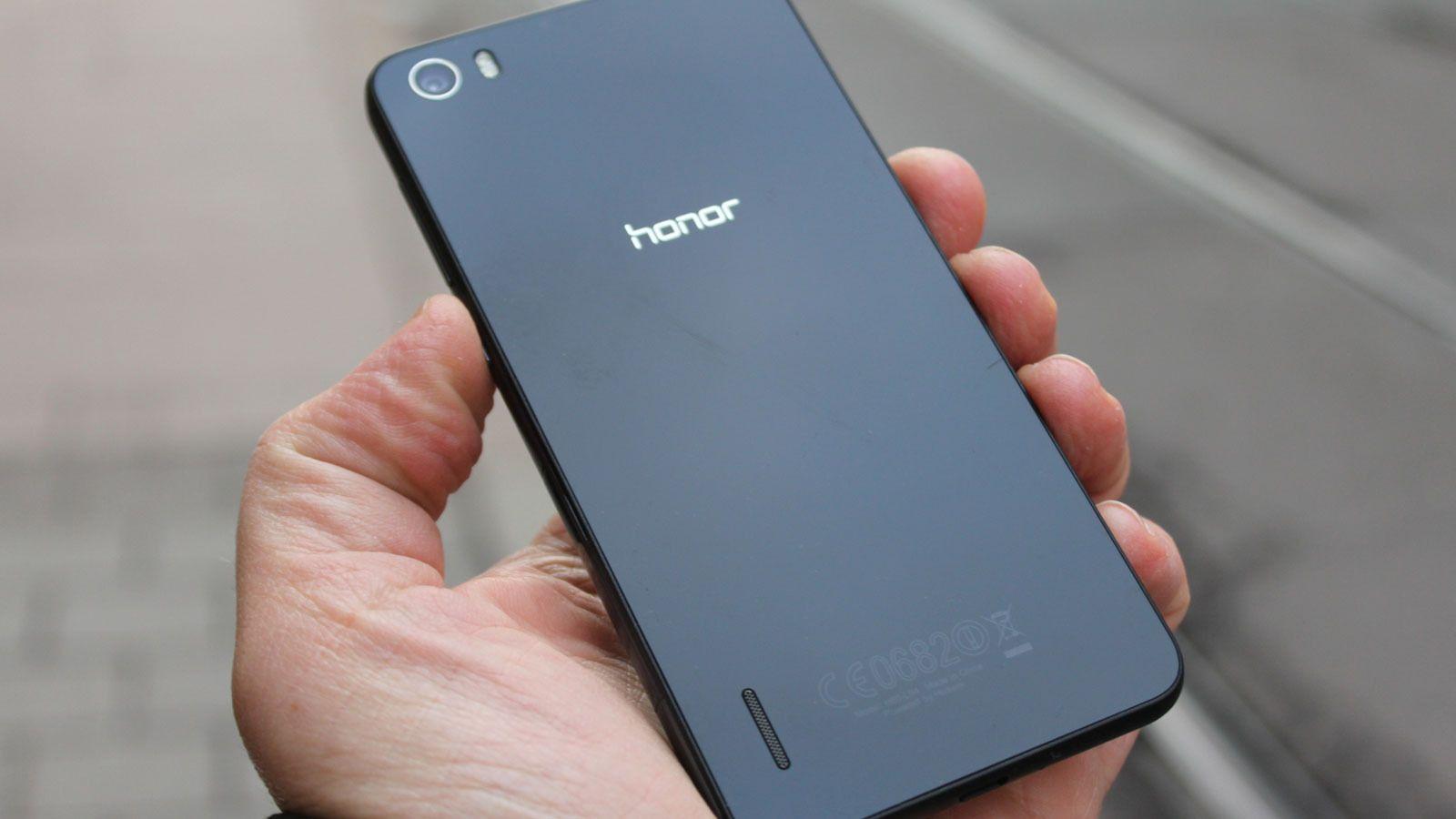 Den blanke baksiden viser produsentnavnet, men er ellers mest sort og blank. Telefonen finnes også i hvitt. Foto: Espen Irwing Swang, Tek.no