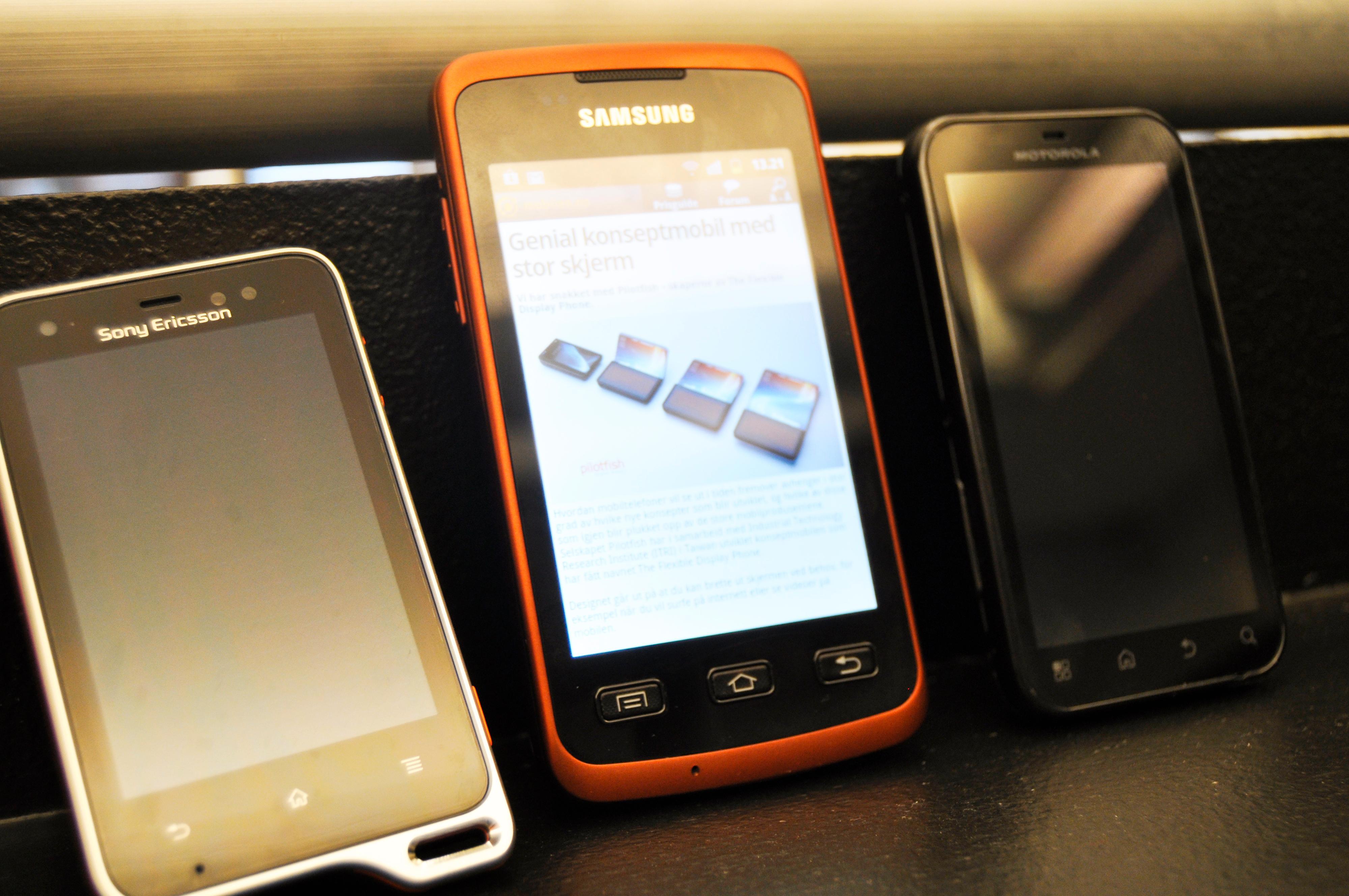 Dette er de solide Androidene som fins i dag. Fra venstre; Xperia Acive, Galaxy Xcover og Defy+.