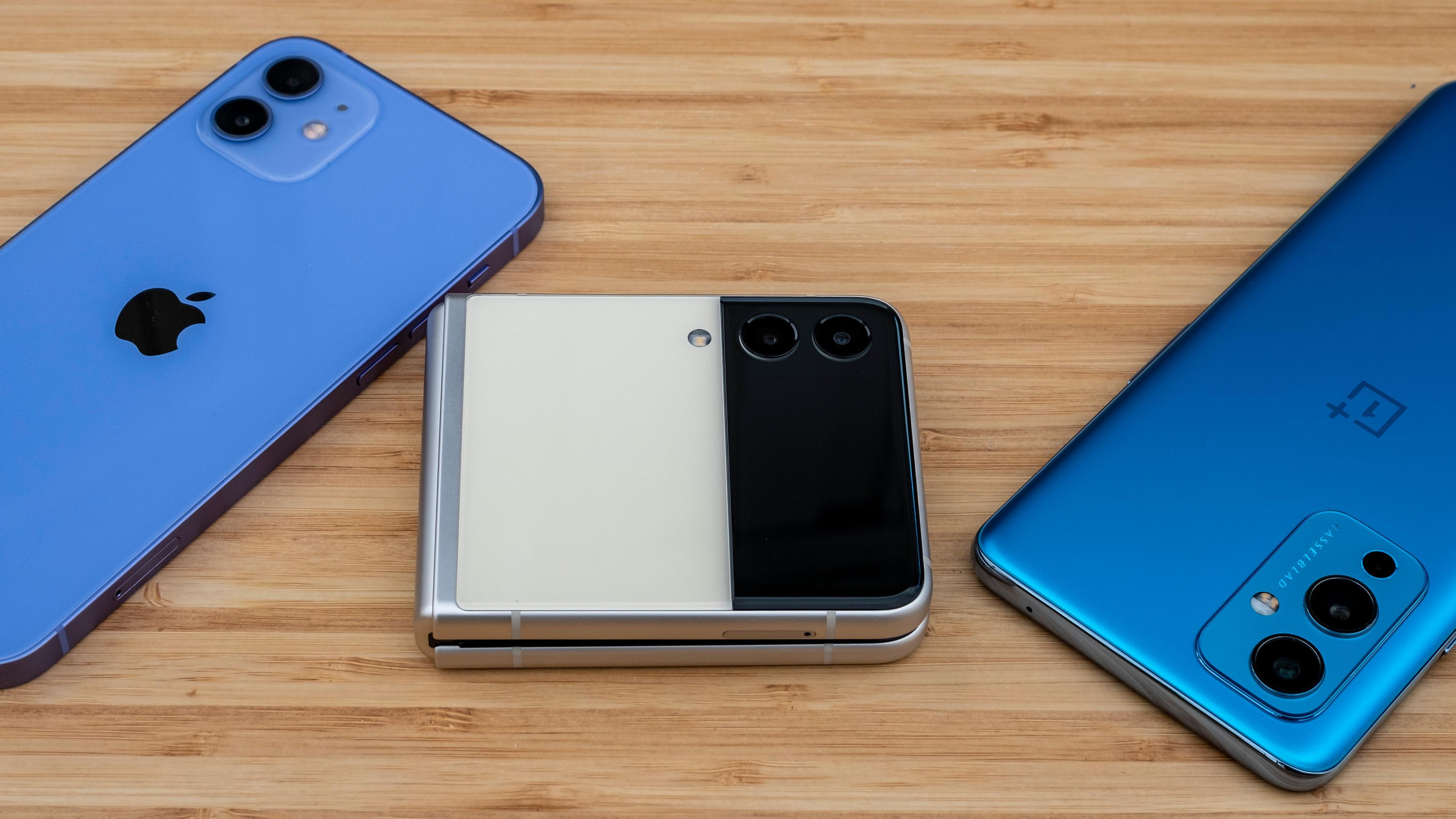 Den blir tykkere enn både iPhonen og OnePlusen sammenbrettet, men tar vi med kamerahumpene er det ikke snakk om innmari mye, og i mine lommer kommer det veldig godt med at telefonen tar opp halve arealet.