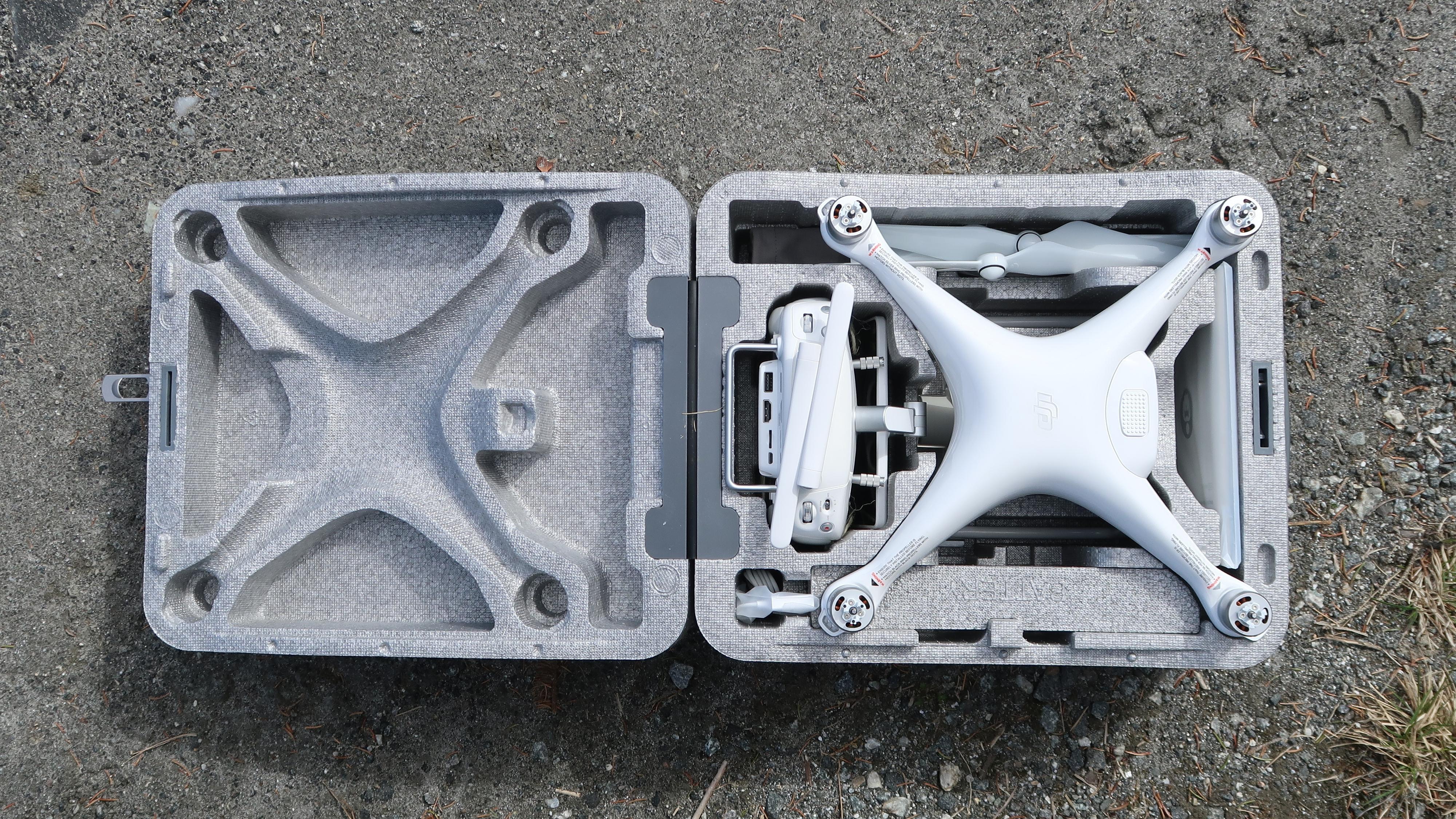 Som tidligere kommer dronen levert i en hendig isopor-koffert med plass til dronen, kontrolleren, ekstra propeller, batterier, lader og et lite nettbrett.