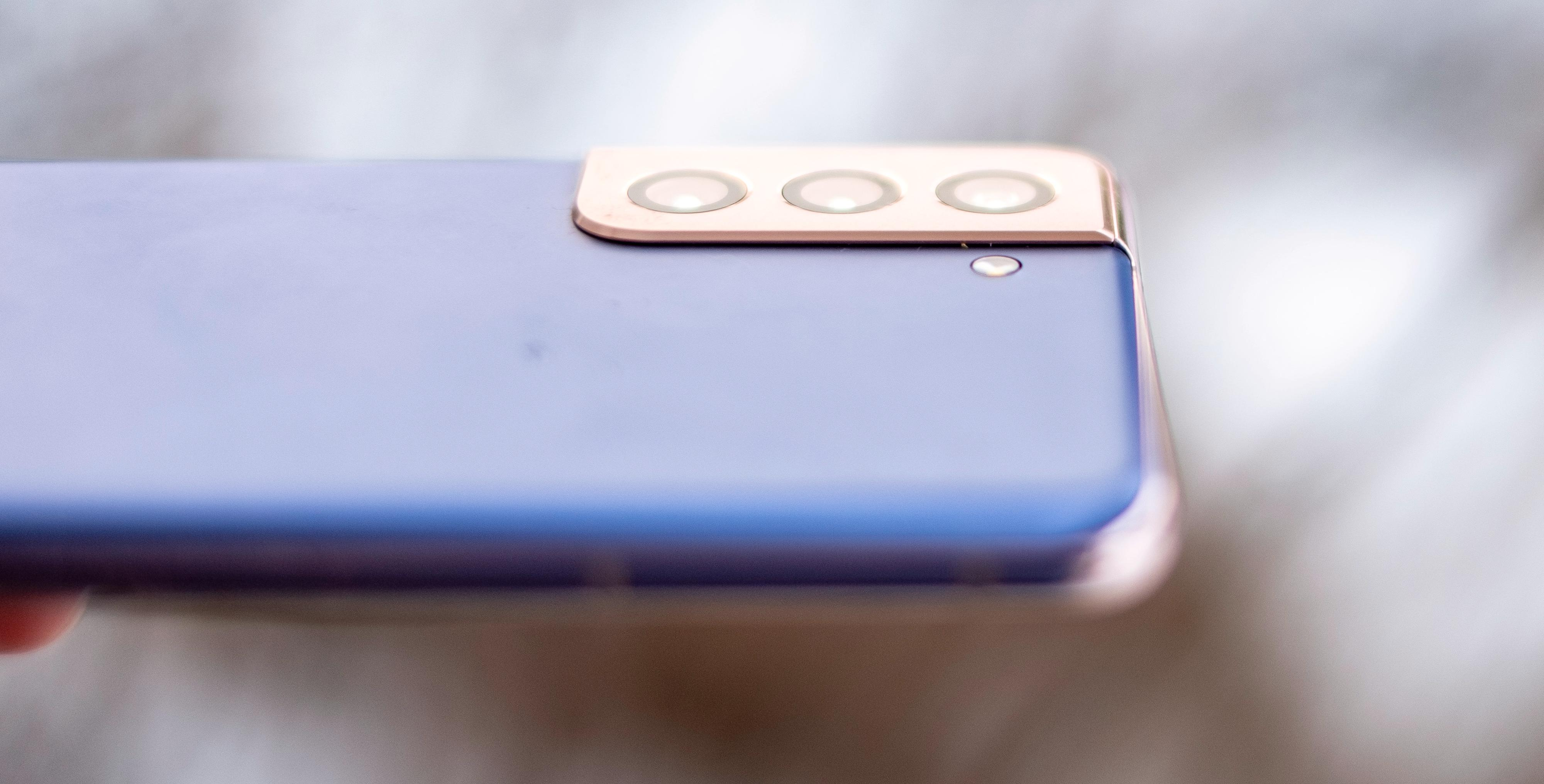En moderat høy kamerabump sitter fast i aluminiumsrammen som går rundt hele telefonen.
