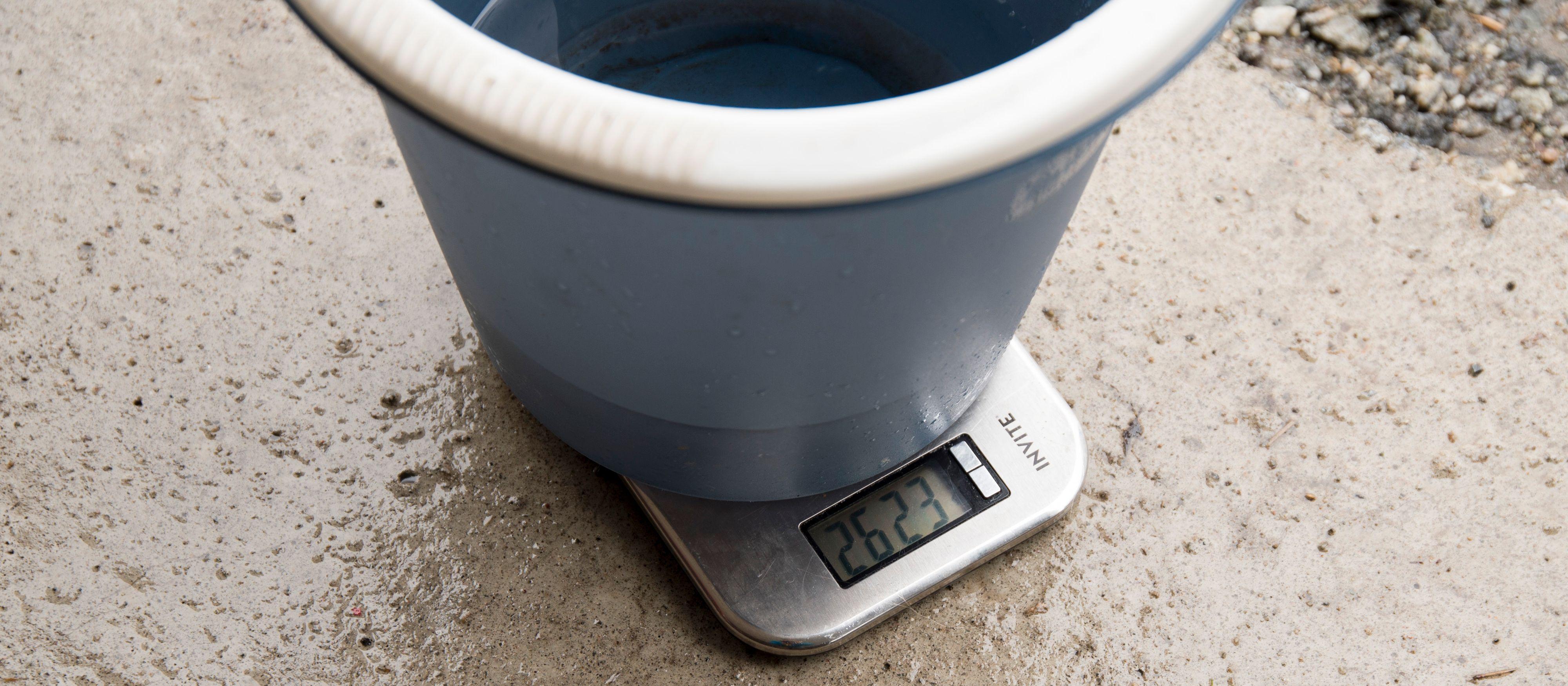 Med bøtte og kjøkkenvekt fikk vi veid hvor mye vann spylerne gir fra seg på 20 sekunder.