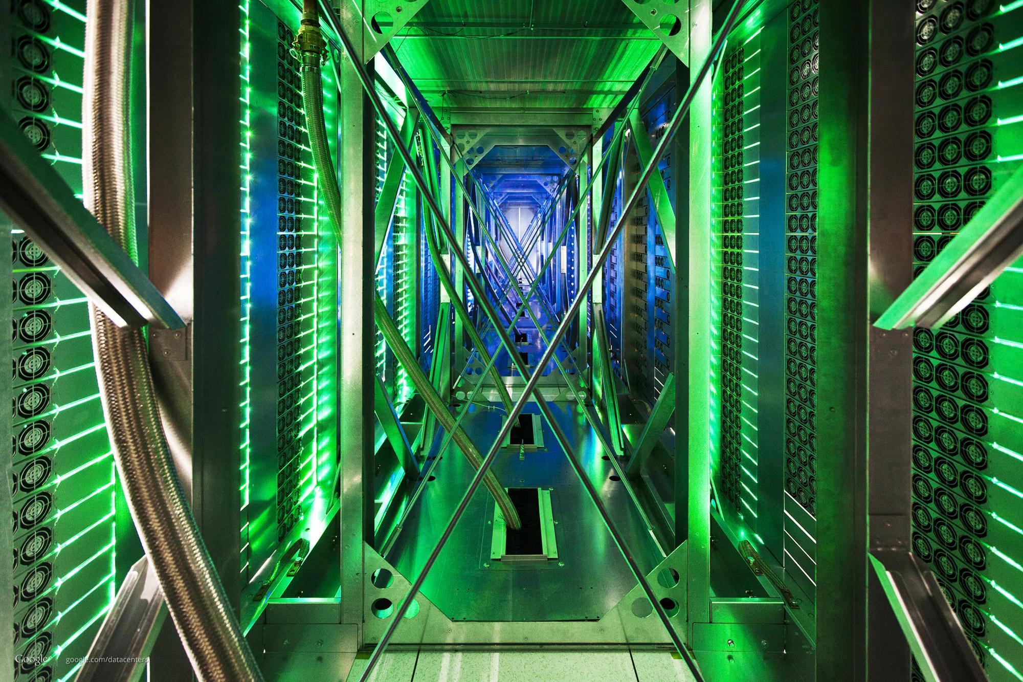 Slik ser det ut mellom to rekker med servere. Hundrevis av vifter trekker varm luft vekk.Foto: Google/Connie Zhou