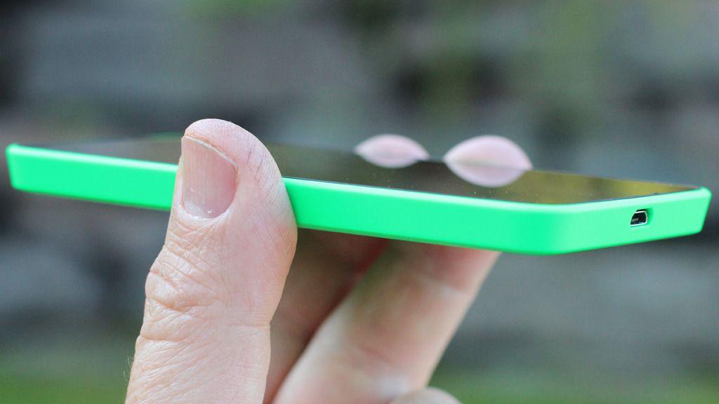Denne telefonen er smalere bak enn foran, med skrå sider. Det gir Lumia 630 en særegen form.Foto: Espen Irwing Swang, Amobil.no