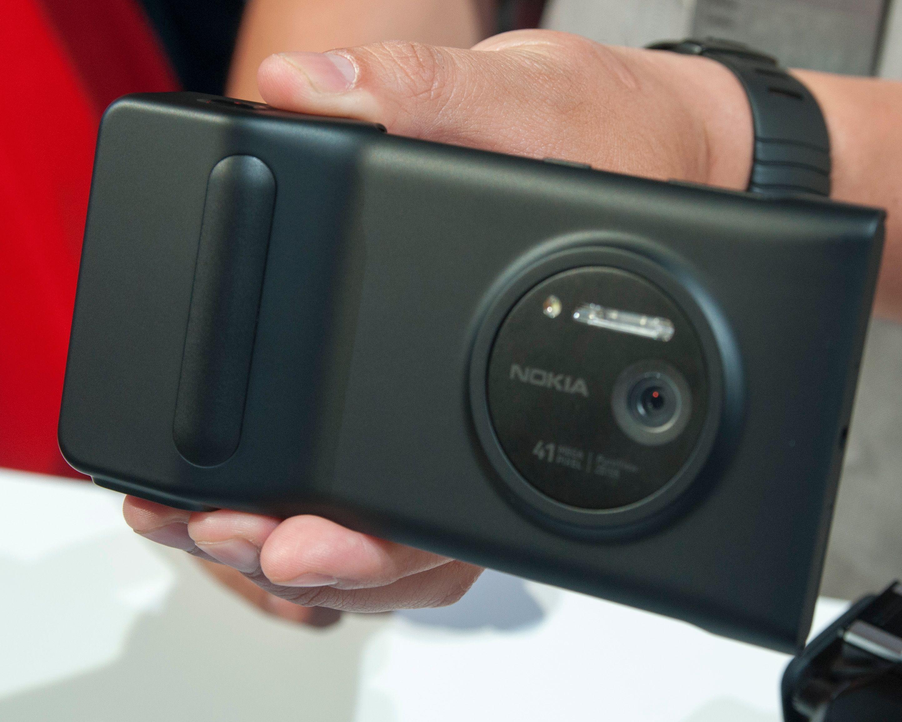 Slik ser Lumia 1020 ut med batterigrepet på.Foto: Finn Jarle Kvalheim, Amobil.no