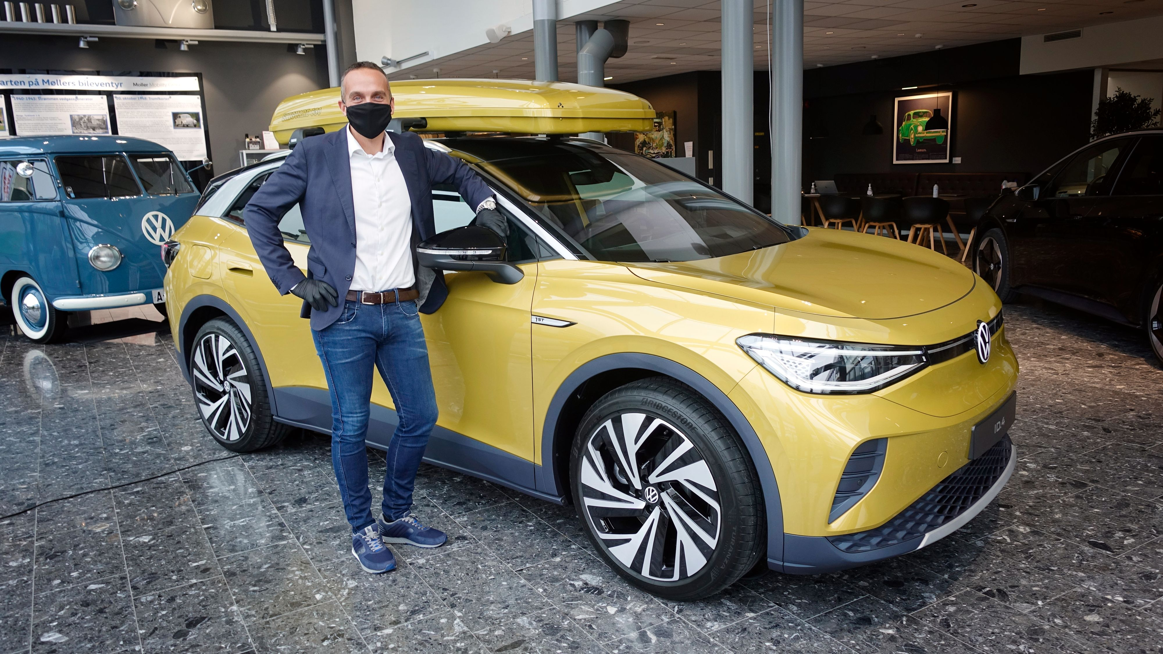 Volkswagen-direktør Harald Edvardsen-Eibak i Harald A. Møller, for anledningen med munnbind og hansker, sier ID.4 vil komme med Volkswagens storoppdatering av programvaren allerede på plass. Det gjør også at funksjoner som manglet ved lanseringen av ID.3, som AR-funksjonen i headup-displayet og App Connect, skal være på plass.