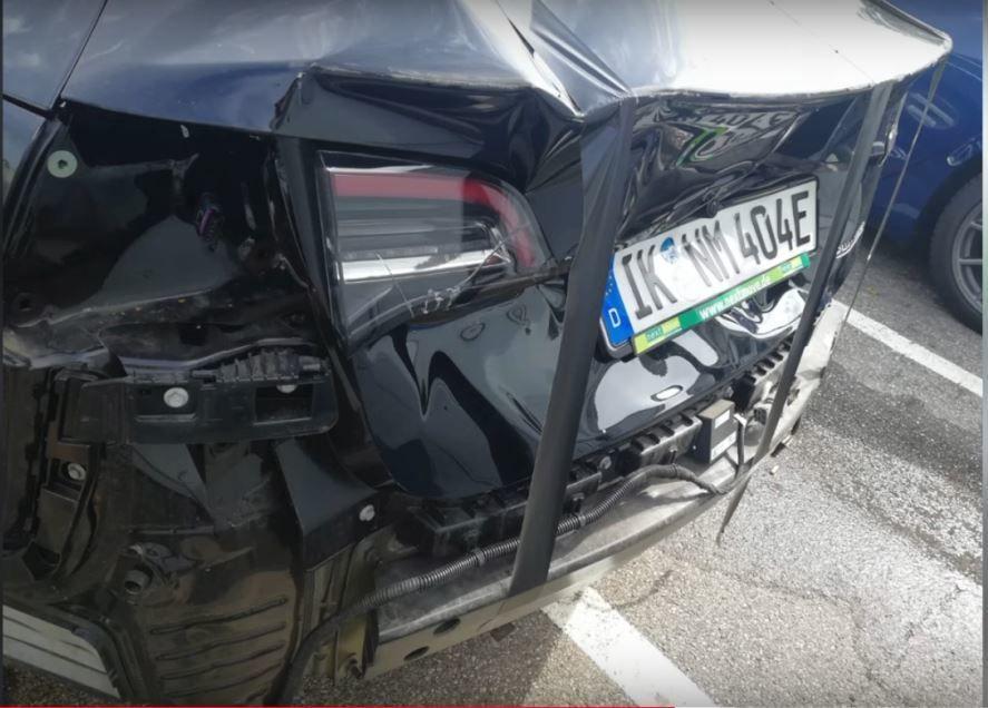 En av Model 3-ene Nextmove faktisk fikk levert, ble skadet i en kollisjon av en kunde. Etter tre måneder hadde Tesla fortsatt ikke klart å skaffe en ny støtfanger, sier selskapet.