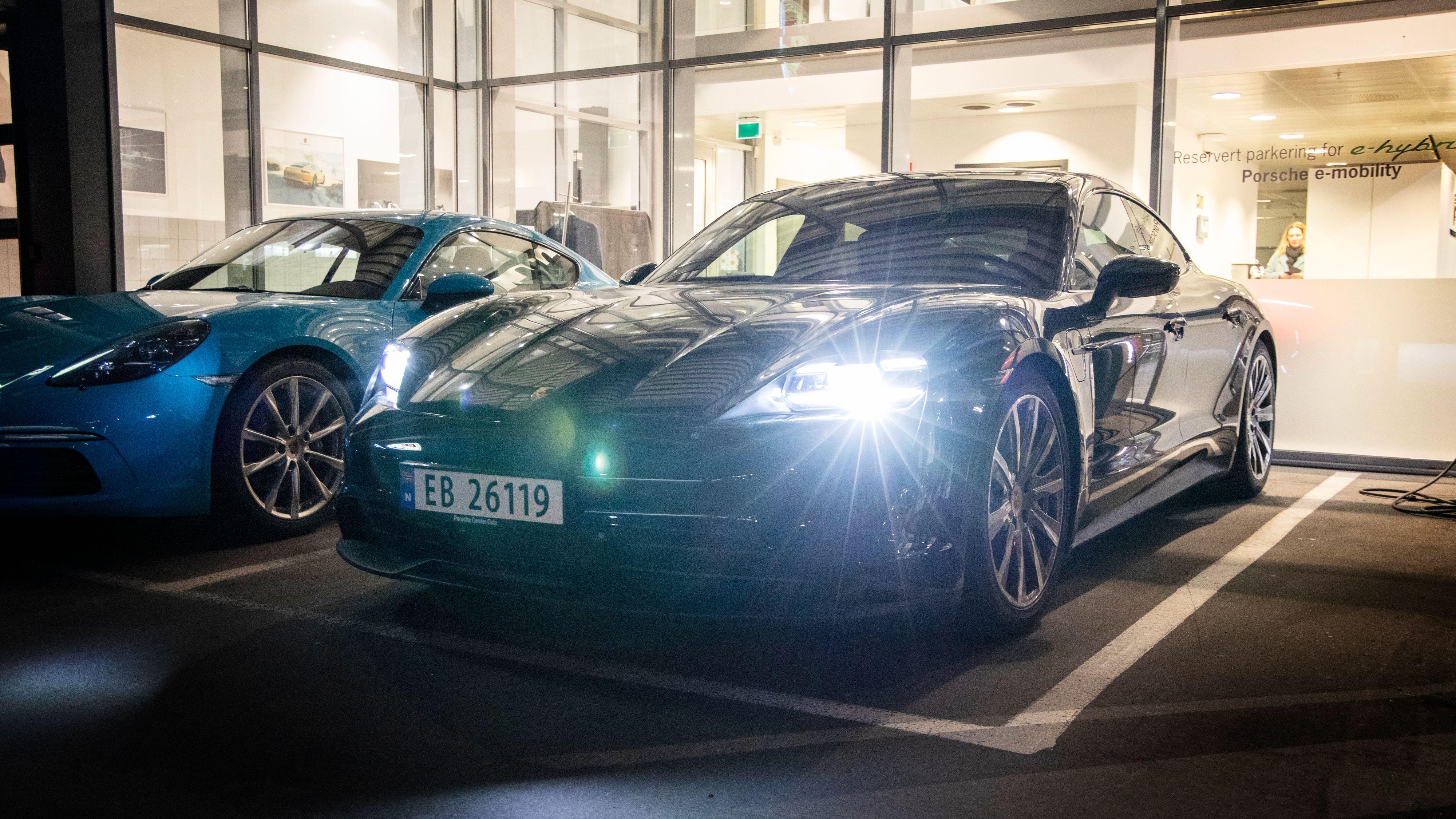 Tidlig morgen hos Porsche på Ryen. Vår Taycan 4S Performance står klar.