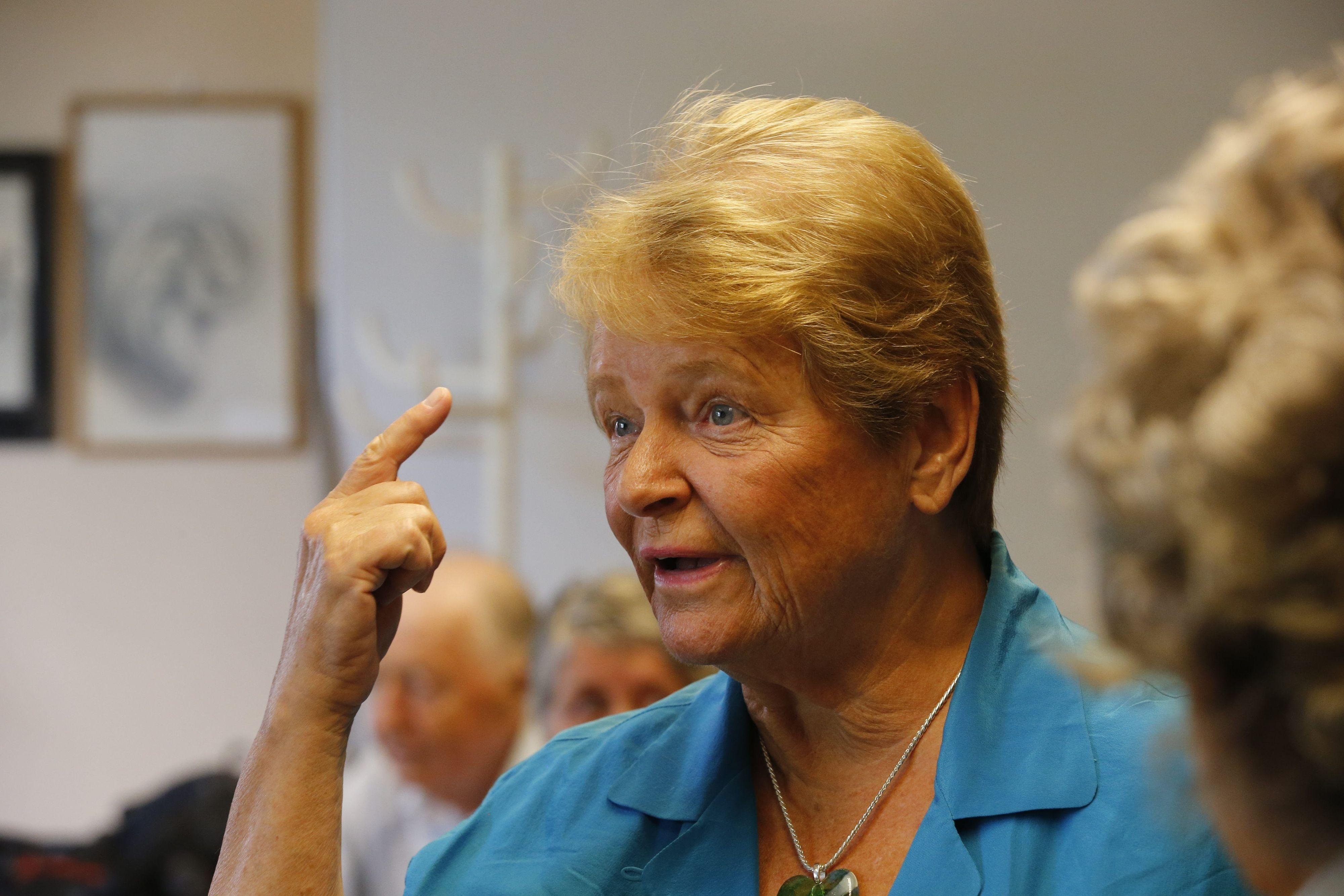 """Gro Harlem Brundtland er en av de mest prominente personene som har gått ut offentlig og sagt at hun blir plaget av mobilstråling, og kan """"føle"""" telefonene i et rom. Hun var da leder av WHO, som underlig nok også har satt grenseverdiene for denne strålingen, slik at mobilbruken skal være trygg. Etterpå var hun taus som en østers om saken."""
