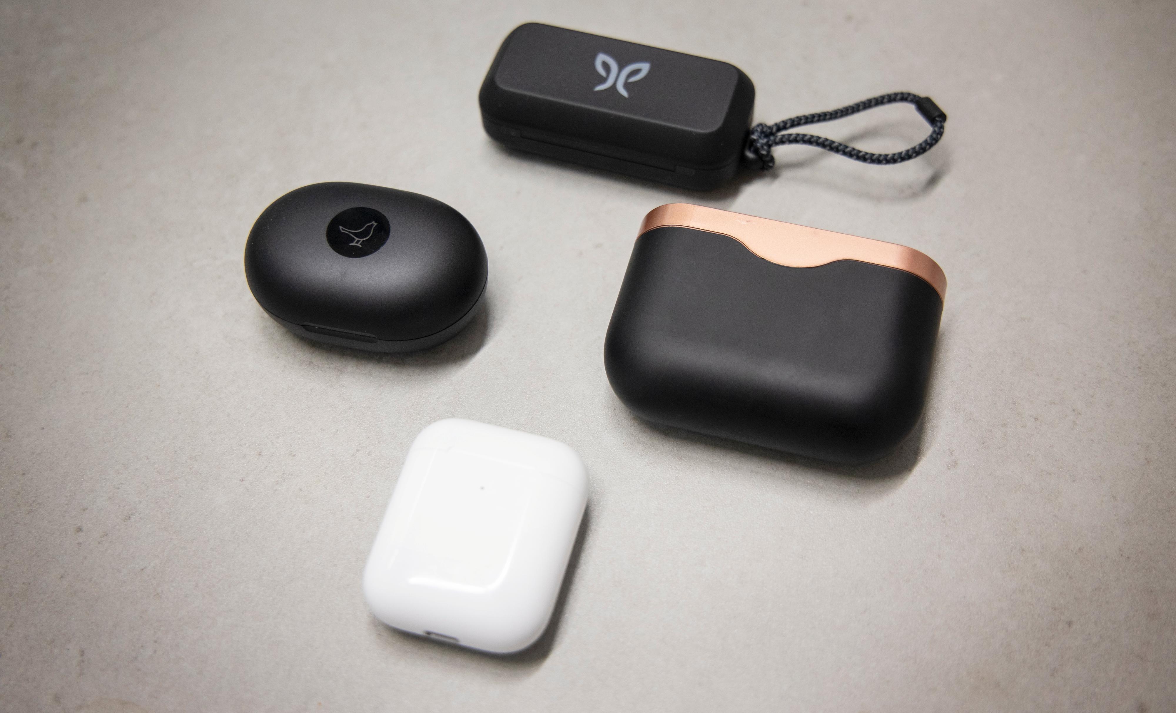 Libratone-etuiet (venstre) er blant de mest kompakte i denne kategorien. Fra Libratone og rundt med klokka: Jaybird Vista, Sony WF-1000XM3 og Apple Airpods.