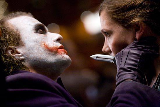 Jokeren truer Rachel Dawes. Skuespiller Heath Ledger sier han bevisst har gjort Jokeren til en psykopat.