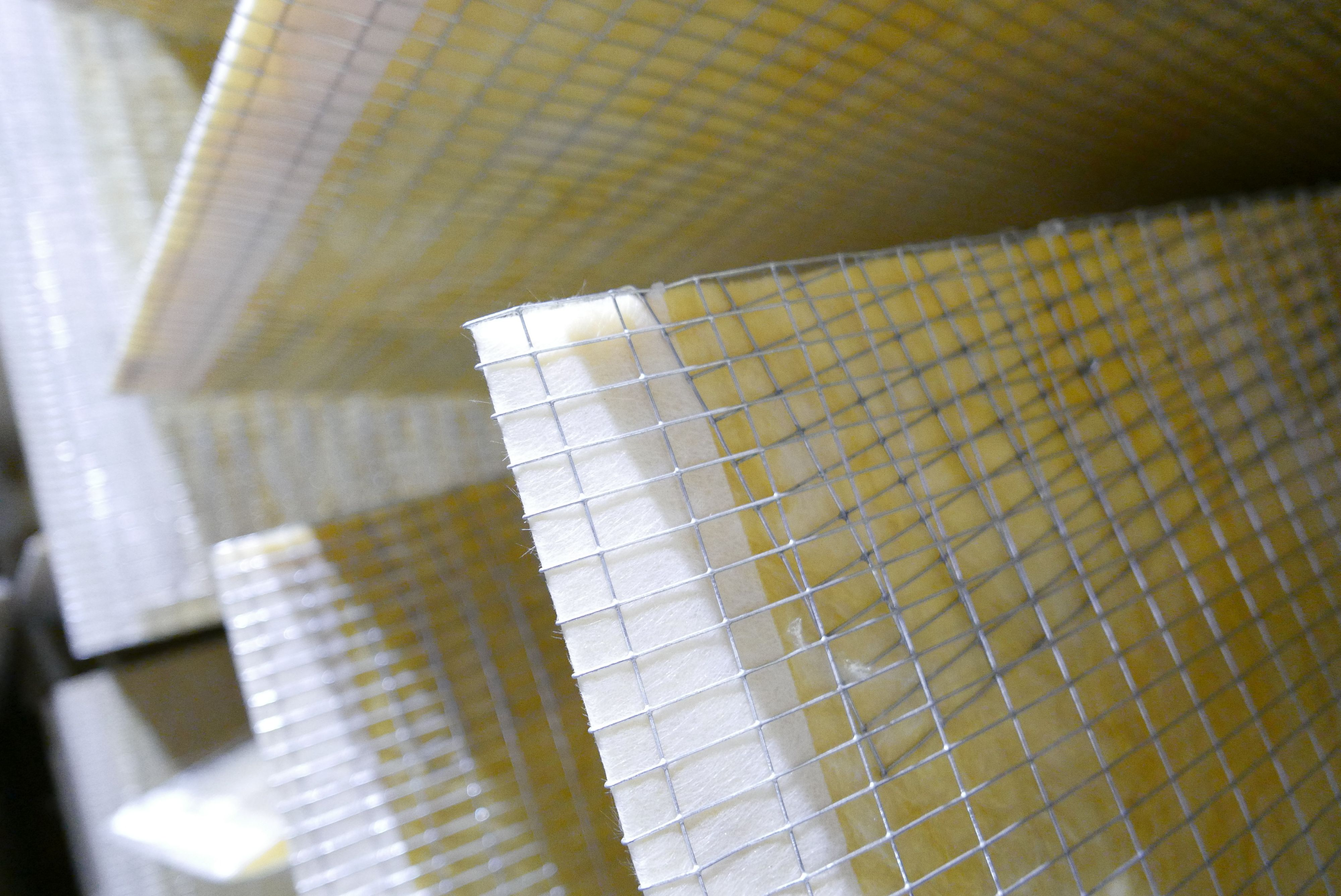 Støyelementene er spisse i den ene enden, og er forseglet med noe som kan minne om en glassfiberstrie. Foto: Ole Henrik Johansen / Tek.no