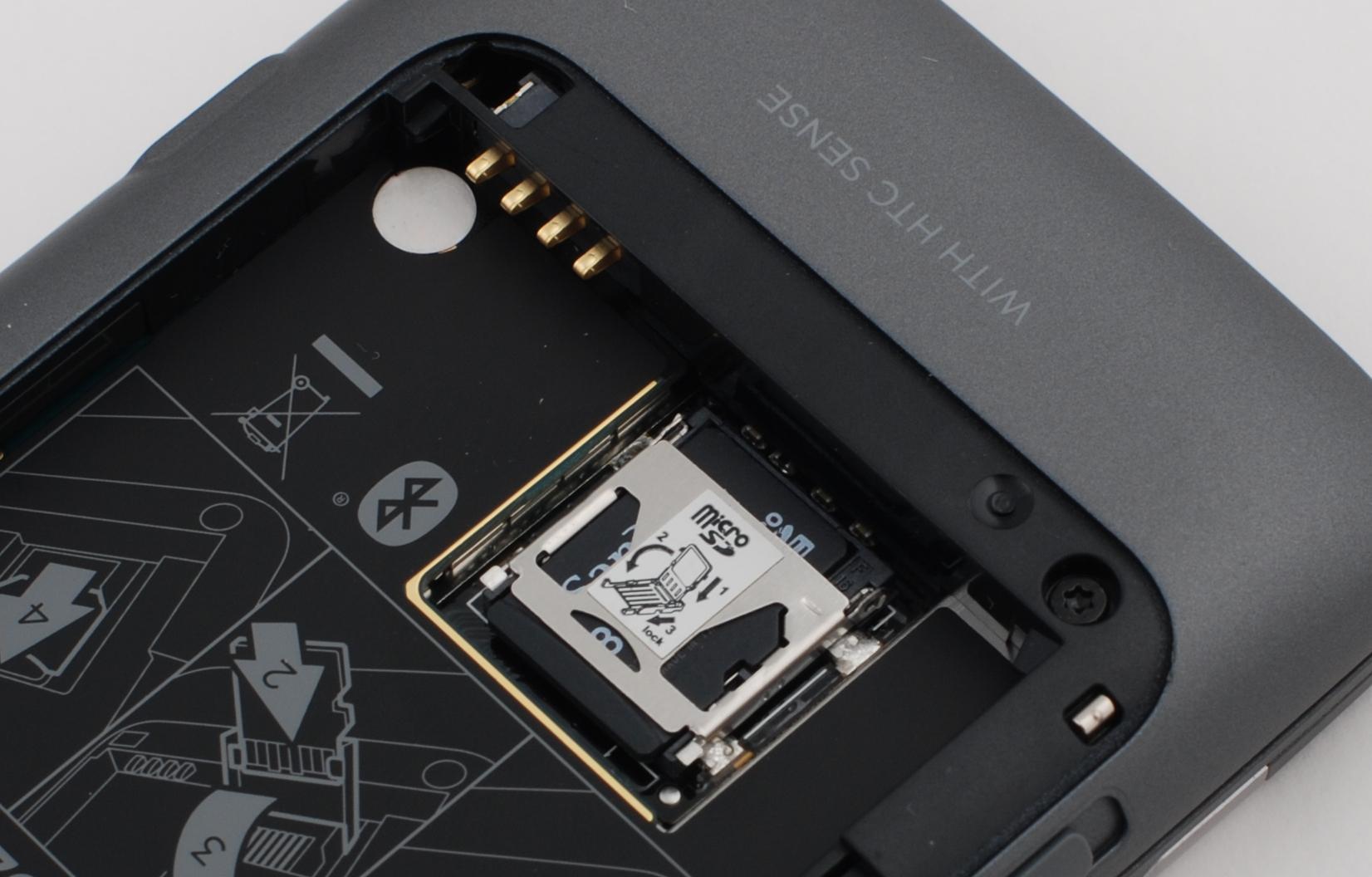 Minnekortet er plassert i en knotete holder, som er gjemt bak batteriet.