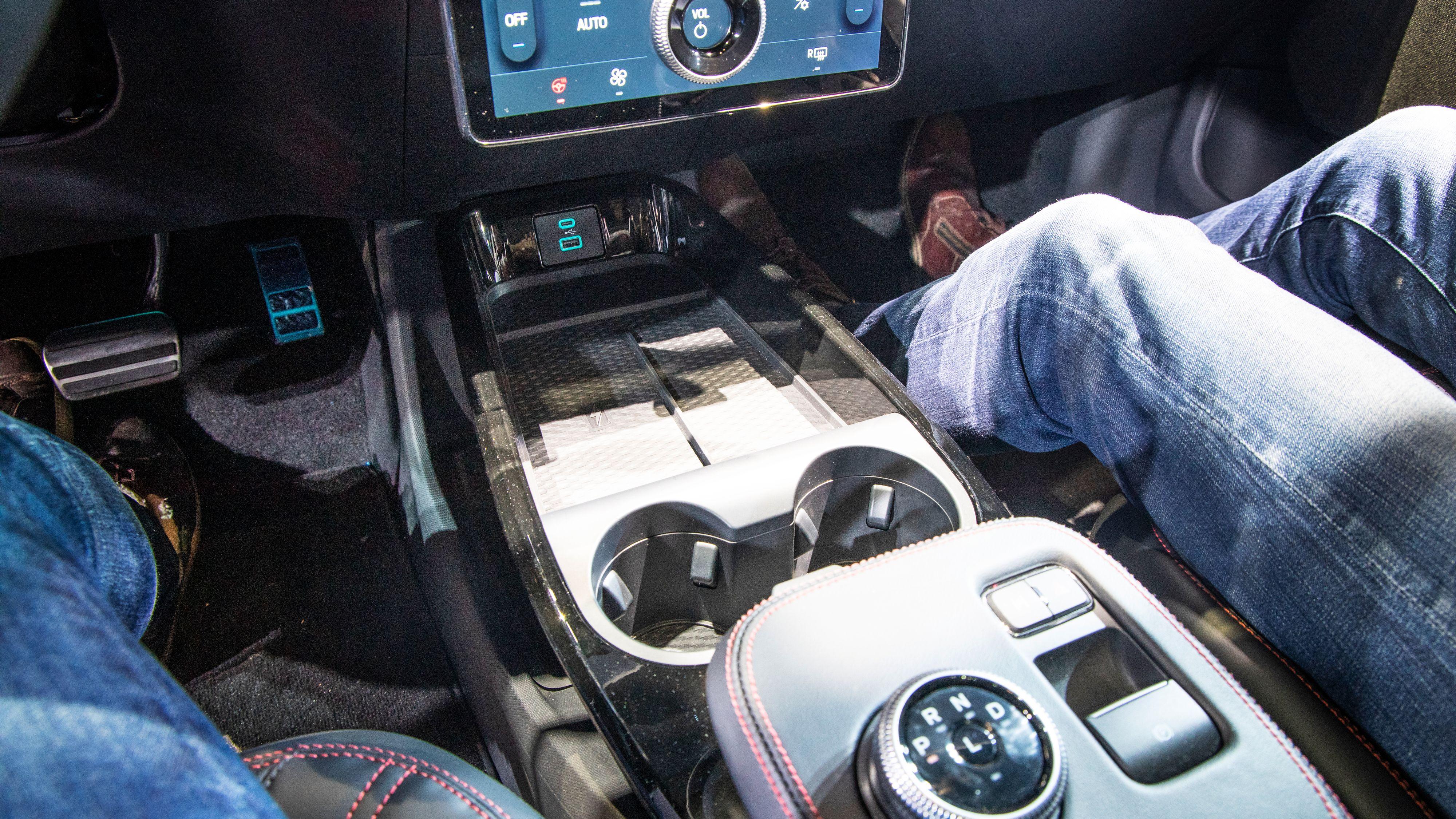 Som seg hør og bør i en moderne bil: Både USB-A, USB-C og trådløs ladeplate.