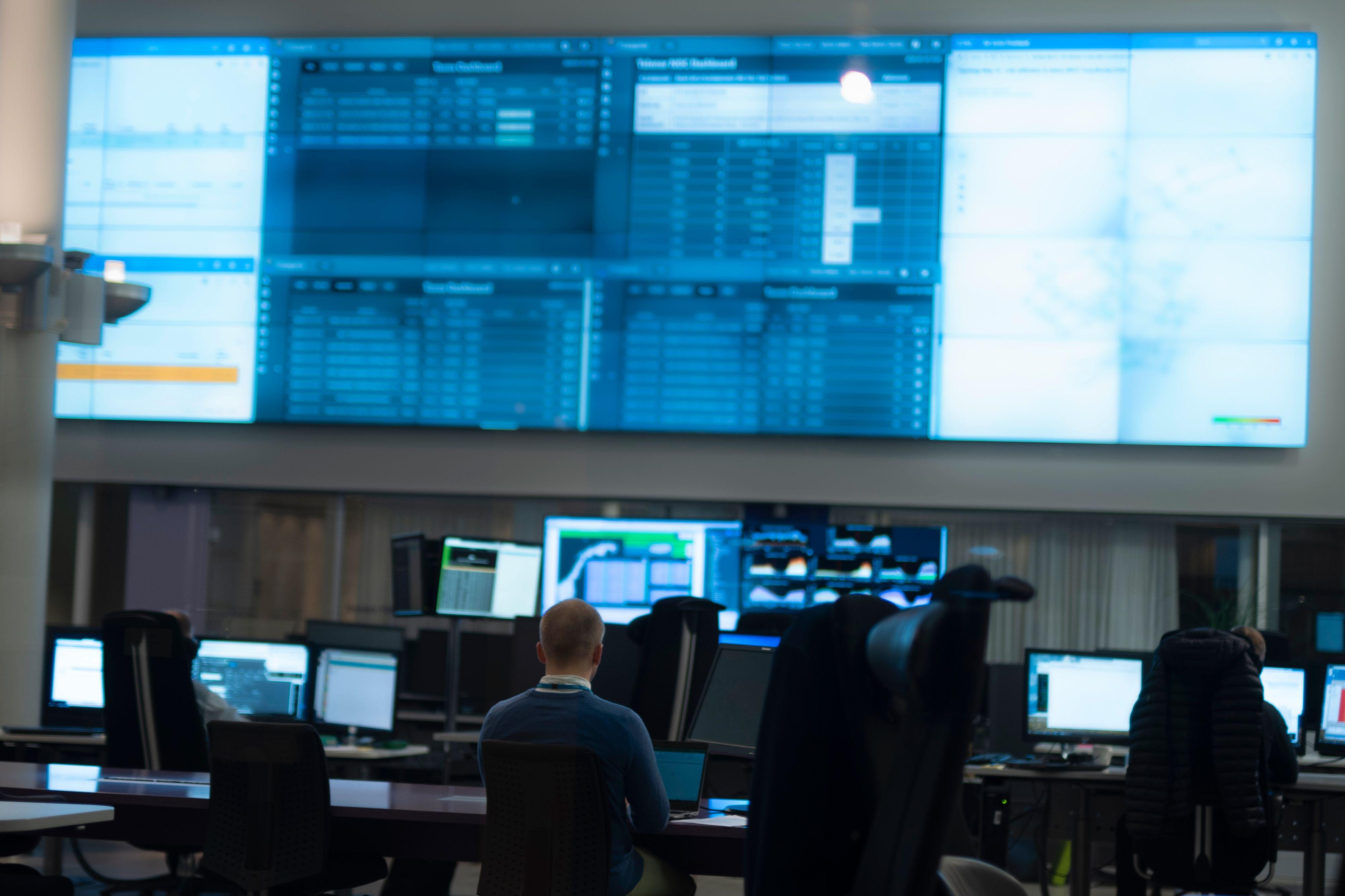 Telenors operasjonssentral ligger i hovedkvarteret på Fornebu. Der overvåkes alt som skjer i mobilnettet, og utfall dukker opp på en samling digre skjermer. Så langt har operatøren ikke hatt problemer på grunn av økt bruk av hjemmekontor.