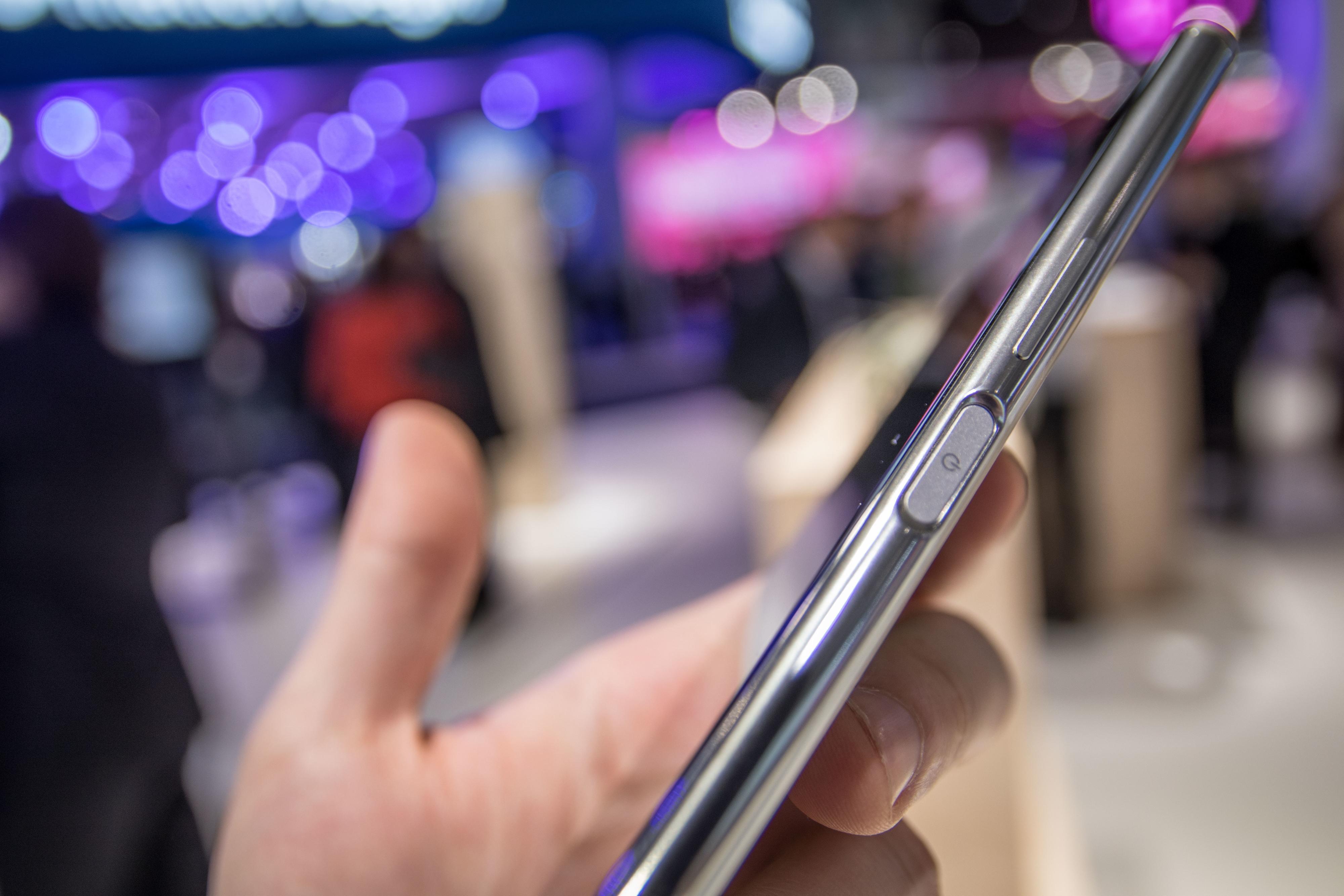"""Fingersensoren er fortsatt plassert på høyre side, noe vi liker godt. Sensoren får forøvrig skylden for at Xperia XZ Premium ikke er kantløs på sidene. """"Vi kan lage kantløse mobiler, bare se på Xperia XA1 Ultra!""""."""